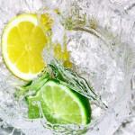 cytryna-i-limonka-wpadajaca-do-wody
